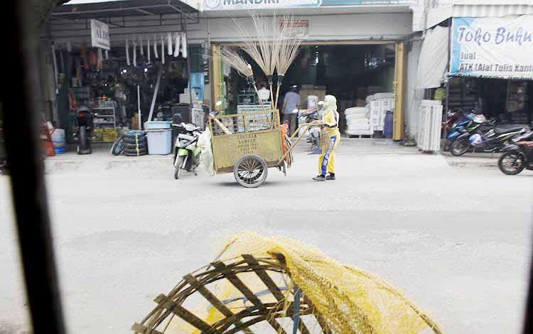 Petugas kebersihan mendorong gerobak untuk membersihkan seputaran jalan yang berada di Pasar Indra Sari Kampung Baru. Rabu Sore (25/5/2016) Petugas kebersihan kebersihan Sudah memulai aktivitasnya dari jam 3 sore sampai jam 6 malam. BORNEONEWS/ANDREANSYAH