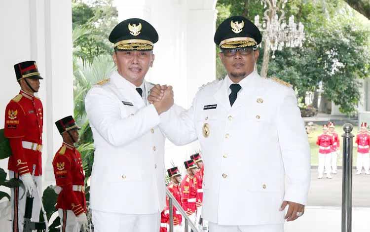 Gubernur dan Wakil Gubernur terpilih Provinsi Kalimantan Tengah Sugianto Sabran (kiri) dan Habib Said Ismail melakukan salam komando saat akan menerima petikan keputusan presiden dalam rangkaian acara pelantikan di Istana Merdeka, Jakarta, Rabu (25/5). MI