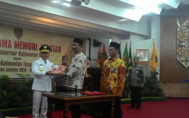 Penyerahan kenang-kenanganan dan memori jabatan dari Pj Gubernur Hadi Prabowo kepada Gubernur Kalteng 2016-2021 Sugianto Sabran, Kamis (26/5/2016). BORNOENEWS/TESTI PRISCILLA
