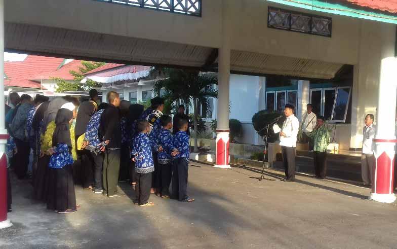 Wakil Bupati Sukamara, Windu Subagio melepas peserta MTQ tingkat Provinsi Kalimantan Tengah, di halaman kantor bupati. BORNEONEWS/NORHASANAH