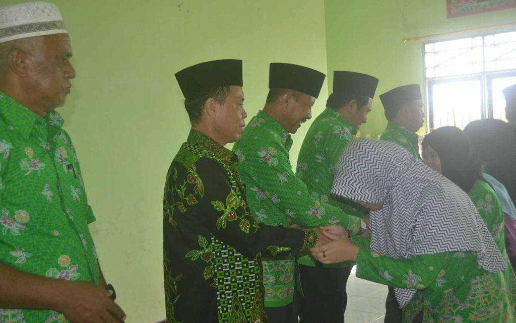 Wakil Bipati Sakariyas menyalami para kafilah yang akan mengikuti MTQ ke 28 tingkat Provinsi Kalteng di Palangkaraya. (borneo/abdul gofur)