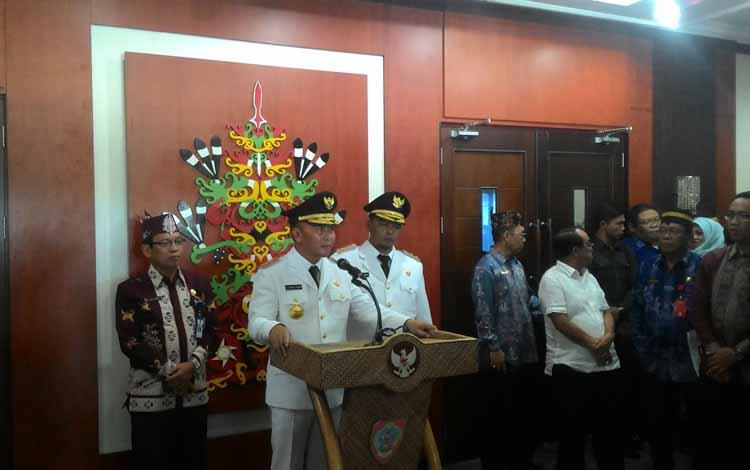 Gubernur Kalteng Sugianto Sabran, didampingi Wagub Habib Said Ismail, saat memberi keterangan pers di lobby kantor Gubernur, Kamis (26/5/2016). BORNEONEWS/TESTI PRISCILLA