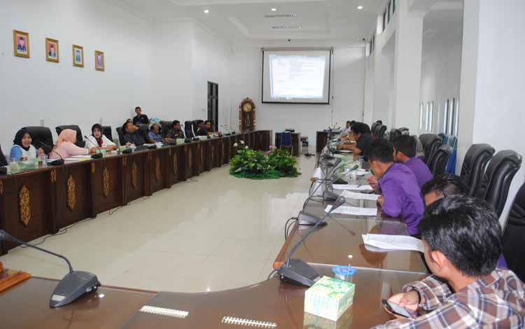 DPRD Barito Utara melakukan rapat dengar pendapat dengan pihak PLN Rayon Muara Teweh, pemerintah daerah dan perwakilan STIE Muara Teweh, Rabu (25/5/2016). BORNEONEWS/RAMADANI