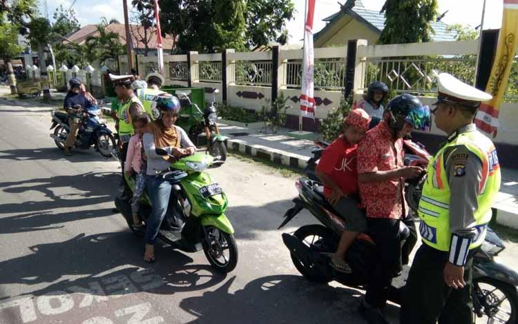 Satlantas Polres Sukamara saat melaksanakan Operasi Patuh Telabang 2016 di Jalan Tjilik Riwut. BORNEONEWS/NORHASANAH