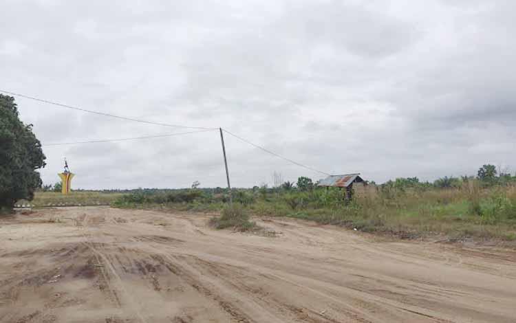 Instalasi jaringan listrik di Kotawaringin Barat, banyak yang terpasang tanpa ada bangunan rumah. Manager PLN Pangkalan Bun, Purwanto, Kamis (26/5/2016), mengakui itu ulah calo dan sudah ditindak. BORNEONEWS/RADEN ARIYO