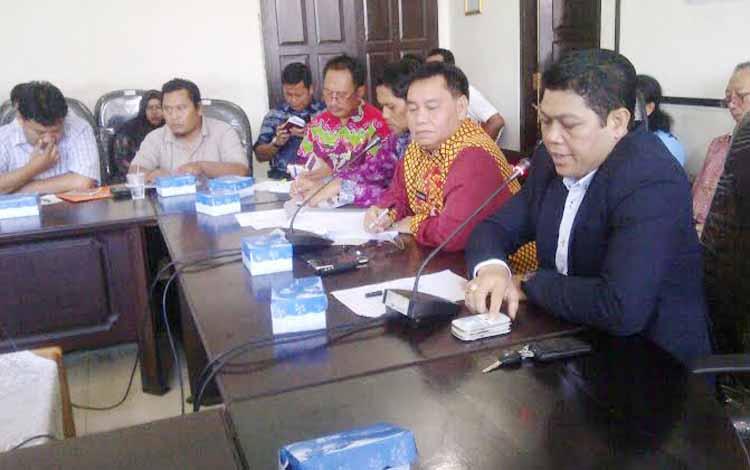 Wakil Ketua DPRD Kotawaringin Timur Parimus (kanan), saat mengikuti rapat pembentukan Forum CSR, di Ruang Rapat Setda Kotim, Kamis (26/5/2016). BORNEONEWS/M. RIFQI