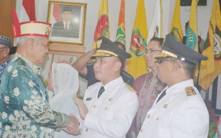 Gubernur Kalimantan Tengah dan Wagub Habib Said Ismail, seusai serah terima jabatan, Kamis (26/5/2016), mendapat ucapan selamat dari sejumlah tokoh masyarakat, agama, bupati, anggota dewan, dan lainnya. BORNEONEWS/PPOST/ARIANATA.