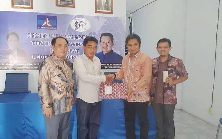 Pengurus DPC Partai Demokrat Kotawaringin Barat, menyerahkan berkas Bakal Calon Bupati Kobar 2017-2022. BORNEONEWS/CECEP HERDI