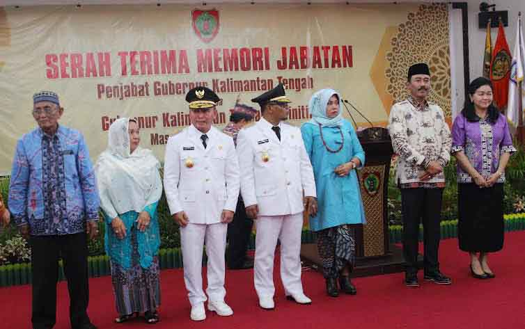 Hadi Prabowo (dua kanan), saat serah terima jabatan dengan Gubernur Kalteng yang baru, Sugianto Sabran (tiga kiri), Kamis (265/5/2016). Hadi Prabowo menitipkan masalah tata ruang wilayah yang harus segera diselesaikan. BORNEONEWS/M. MUCHLAS ROZIKIN.