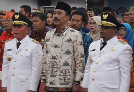 Mantan Penjabat Gubernur Kalteng hadi Prabowo (tengah) diapit gubernur dan wakil gubernur baru. (BORNEO/ROZIQIN)