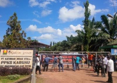 Puluhan anggota koperasi yang bermitra dengan PT KIU (Makin Group) menutup aktivitas pabrik dengan membentangkan spanduk, Kamis (26/5/2016). BORNEONEWS/RAFIUDIN