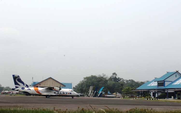 Maskapai swasta Kalstar Aviation saat mendarat di Bandara Haji Asan Sampit. Dua minggu sebelum lebaran maskapai Sriwiaya Air akan terbang perdana di bandara itu.BORNOENEWS/RAFIUDIN