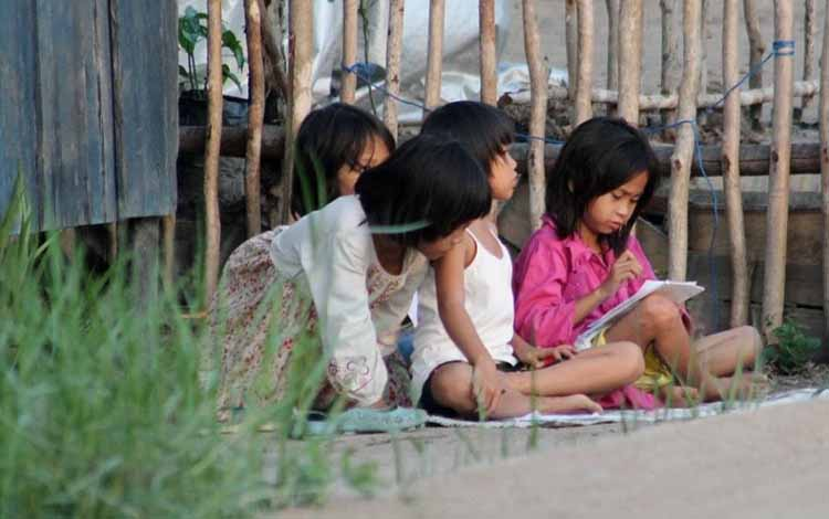 Beberapa anak perempuan Gang Sekumpul Kuala Pembuang saat tengah bermain sambil belajar bersama di halaman rumah.