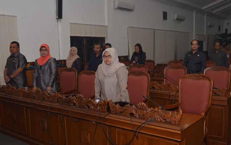 RAPAT PARIPURNA : Anggota Komisi I DPRD Kabupaten Kotim Salasiah (kanan) saat mengikuti rapat paripurna DPRD Kotim, beberapa waktu lalu. BORNEONEWS/M.RIFQI