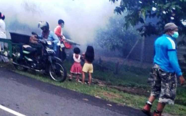 Beberapa petugas Dinas Kesehatan Seruyan saat tengah melakukan fonging pengasapan nyamuk, beberapa waktu lalu di Kuala Pembuang. Sementara itu, dinkes setempat terus mengupayakan pencapaian hasil agar Seruyan bisa terbebas dari seragan penyakit malaria. B