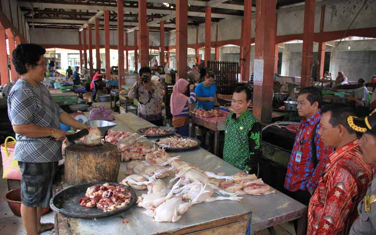Teks : SIDAK - Wakil Bupati Katingan Sakariyas saat melakukan inspeksi mendadak (Sidak) harga kebutuhan pokok di Pasar Kasongan, Kamis (26/5) siang.BORNEONEWS/HAIRUL SALEH