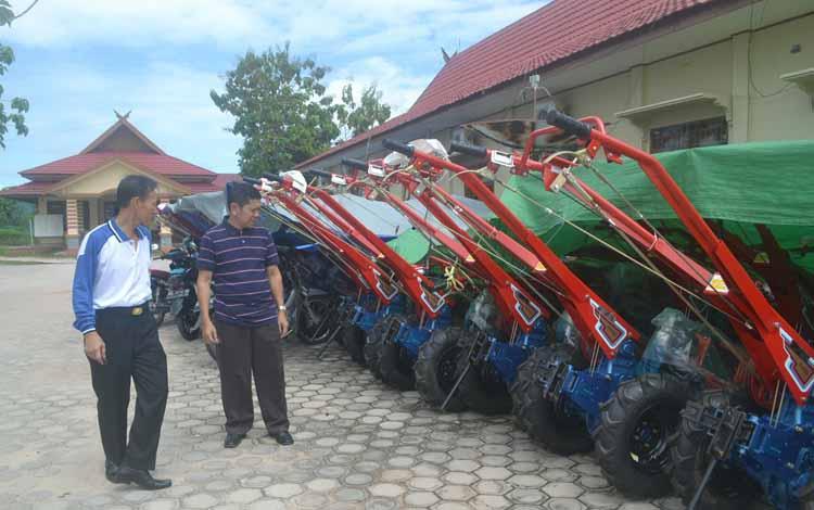 Kepala Dinas Pertanian dan Peternakan Katingan Hendri Nuhan (kaos putih) didampingi sekretarisnya, Bino saat mengecek kelengkapan puluhan traktor tangan di halaman kantornya, Jumat (27/5/2016). BORNEONEWS/ABDUL GOFUR