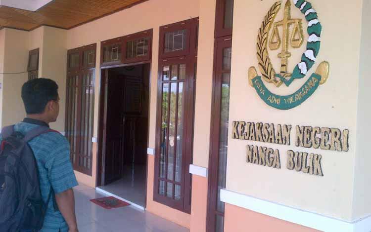 Terlihat di depan pintu masuk tertulis Kejaksaan Negeri Nanga Bulik. Sejak 13 Mei 2016, resmi berubah menjadi Kejaksaan Negeri Lamandau. BORNEONEWS/HENDI NURFALAH