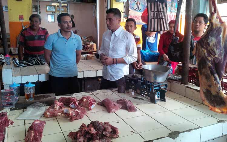 Bupati Kotawaringin Timur Supian Hadi berbincang dengan pedagang daging di Pasar Ikan Mentaya (PIM) Sampit saat meninjau situasi dan harga kebutuhan pokok. BORNEONEWS/RAFIUDIN