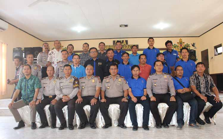 Kapolres Barito Utara, AKBP Roy HM. Sihombing bersama perwira Polres setempat, dengan anggota PWI Barito Utara, Jumat (27/5/2016). BORNEONEWS/RAMADANI