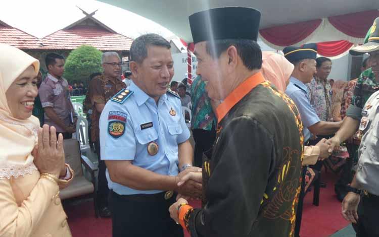 Kalapas Klas IIB Sampit yang baru Mukhamad Khoiron berjabat tangan dengan Wabup Kotim Taufiq Mukri saat serah terima jabatan di halaman tengah lapas tersebut, Jumat (27/5/2016). BORNEONEWS/M.HAMIM