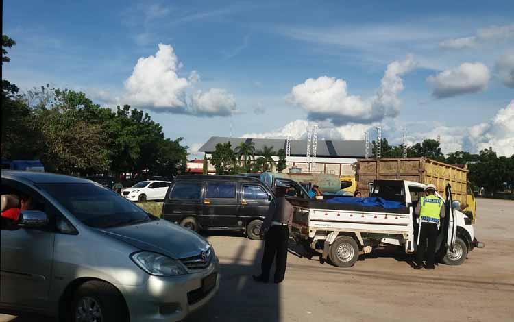 Sejumlah anggota Satlantas Polres Kotim sedang melakukan penilangan terhadap sejumlah kendaraan baik roda dua maupun roda empat, Kamis (26/5/2016). BORNEONEWS/M.HAMIM