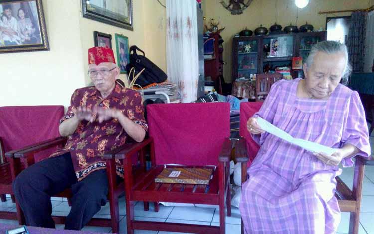 Ketua DAD Kalteng Sabran Achmad didampingi istri memberikan keterangan kepada wartawan, Jumat (27/5/2016). BORNEONEWS,BUDI YULIANTO