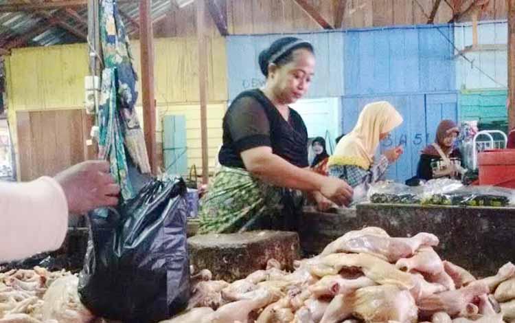 Salah satu pedagang ayam di pasar Tembaga Indah Pangkalan Bun tengah melayani pembeli, Jumat (28/5/2016). BORNEO/CECEP