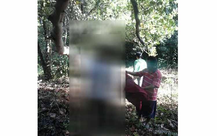 Dery Gusmawan ditemukan tergantung di pohon jambu monyet, Selasa (24/5/2016). Kata polisi, Jumat (27/5/2016), motif warga Palangka Raya itu, bunuh diri, karena asmara. BORNEONEWS/BUDI YULIANTO