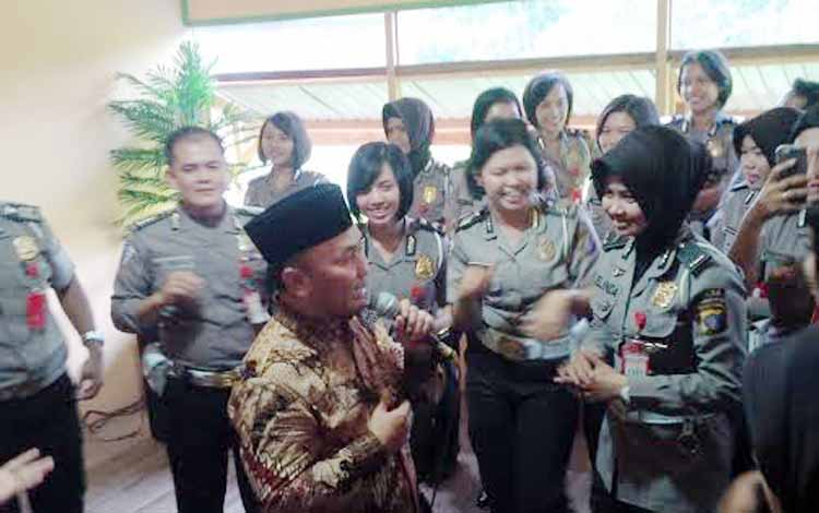 Gubernur Kalteng Sugianto Sabran menyumbangkan lagu Sakit Gigi, yang tenar dinyanyikan pedangdut Meggi Z, Jumat (27/5/2016). Gubernur baru ini menghibur para polisi, sebagian besar Polwan. BORNEONEWS/M. MUCHLAS ROZIKIN