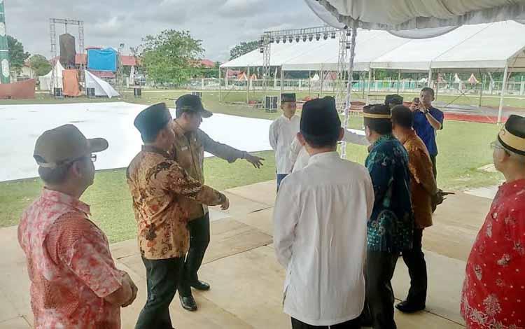 Gubernur Kalteng Sugianto Sabran (dua kiri membelakang), usai salat Jumat (27/5/2016), meninjau persiapan MTQ Kalteng 2016, di lapangan Sanaman Mantikei, Palangka Raya. BORNEONEWS/M. MUCHLAS ROZIKIN.