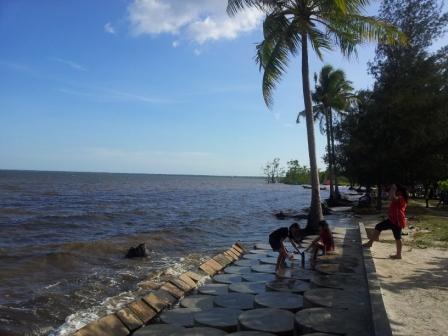 Suasana Pantai Kubu,Kotawaringin Barat. (BORNEO/YOHANES WIDADA)