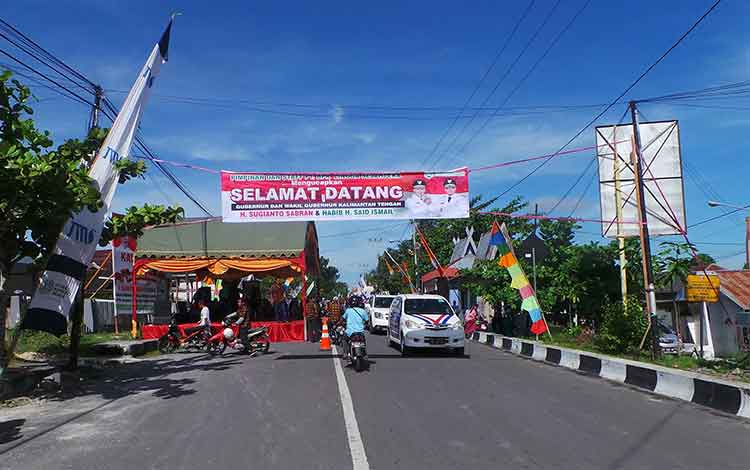 Sejak pagi warga Pangkalan Bun sudah memadati lokasi syukuran pelantikan gubernur dan wakil gubernur Kalimantan Tengah, di Jalan P. Antasari, Pangjalan Bun, Minggu (29/5/2016) BORNEONEWS/KOKO SULISTYO