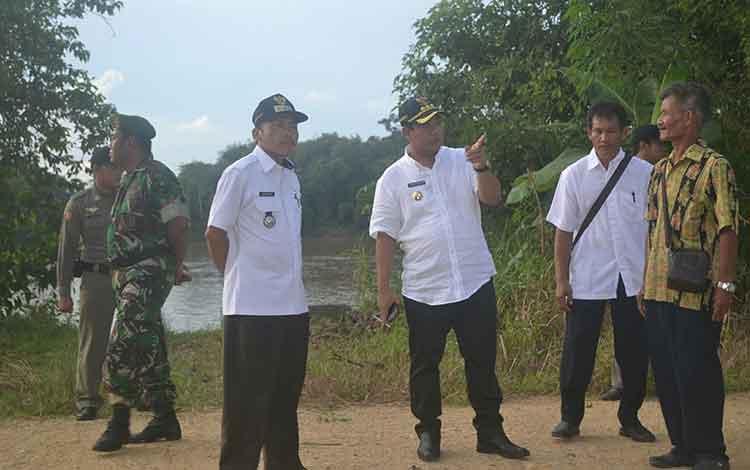 Bupati Ahmad Yantenglie didampingi Camat Katingan Tengah Hariawan saat meninjau lokasi rencana pembangunan Jembatan Telok, Sabtu (28/5). BORNEONEWS/ABDUL GOFUR