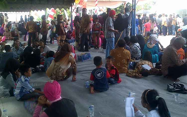Warga sabar menunggu kedatangan Gubernur Kalimantan Tengah