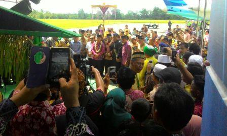 Gubernur Sugianto tiba di bandara Iskandar disambut upacara adat Kotawaringin. (BORNEO/RADEN)