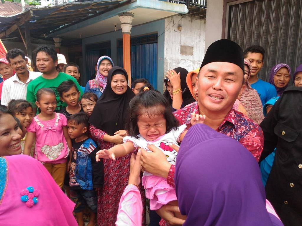 Seorang balita perempuan menangis dalam gendongan Gubernur Sugianto Sabran. Gubernur Kalteng yang baru itu tiba di Pangkalan Bun, Minggu (29/5/20116) siang, disambut antusiasme warga. BORNEONEWS/NAZIR AMIN