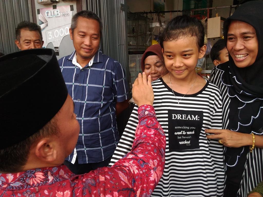 Gubernur Sugianto Sabran (kiri), Minggu (29/5/2016), menepuk-nepuk pundak seorang gadis kecil, didampingi ibunya, dengan pesan khusus; jangan pacaran. Sugianto berada di Pangkalan Bun, Minggu siang, dilanjutkan kunjungan kerja ke Lamandau, Sukamara, dan S
