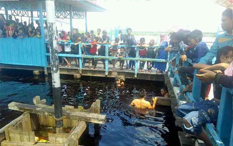 Penyelaman ini untuk melakukan pencarian seseorang pemuda yang diduga kuat tenggelam. Korban bernama Rahmadi Noor, alias Kades, 21, warga Kereng Bangkirai. BORNEONEWS/BUDI YULIANTO