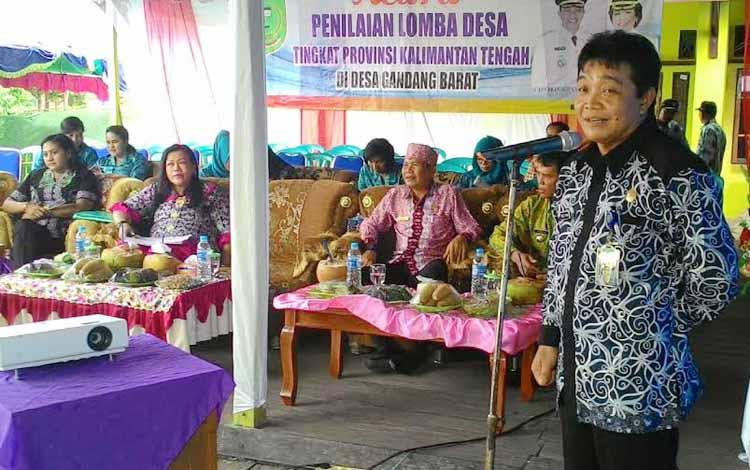 Asisten Pemerintahan dan Kesra Susilo I. Tamin mewakil Bupati Pulang Pisau saat sambutan menyambut Tim Penilai Lomba Desa tingkat provinsi di Desa Gandang Kecamatan Maliku, Sabtu (28/5).