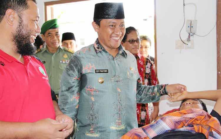 Usai melantik 16 Kades, Bupati Pulang Pisau Edy Pratowo meninjau kegiatan sunatan gratis di Kecamatan Maliku, Jumat (27/5). (BORNEO/humas)