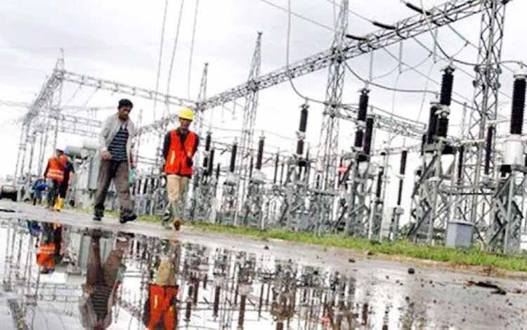 Sejumlah petugas PLN Rayon Sampit mengecek peralatan pembangkit listrik di PLTD Baamang, Kabupaten Kotim, beberapa waktu lalu. Selama Ramadan nanti PLN diingatkan agar jangan sampai melakukan pemadaman listrik. BORNEONEWS/RIFQI