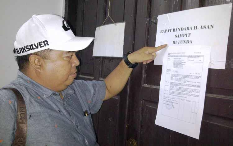 Koordinator Forbes LSM Kotim Audy Valent, menunjuk tulisan rapat ditunda, di depan Ruang Rapat Setda Kotim, Senin (30/5/2016). Audy menuding Pemkab Kotim tidak profesional. BORNEONEWS/M.RIFQI