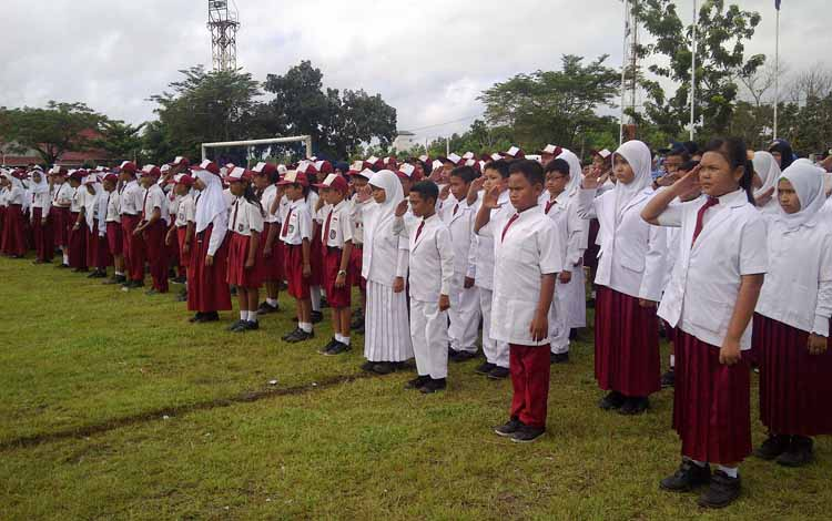 Para siswa-siswi dari SD di Kabupaten Kotim saat mengikuti upacara peringatan Hari Pendidikan, di Stadion 29 November Sampit, beberapa waktu lalu. Ramadan tahun ini akan menjadi libur panjang bagi siswa sekolah.BORNOENEWS/M.RIFQI