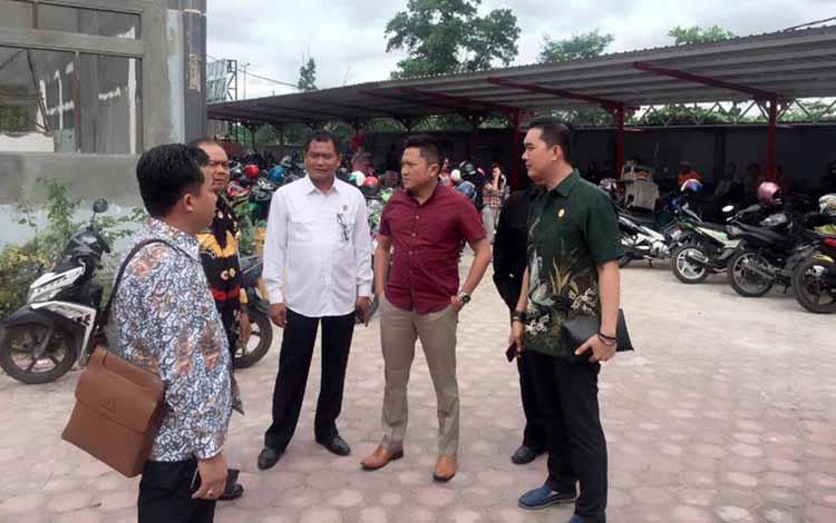 Anggota Komisi III DPRD Kotawaringin Timur memantau pelayanan administrasi kependudukan di Kantor Disdukcapil Kotim, beberapa waktu lalu. BORNEONEWS/M.RIFQI