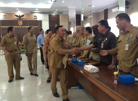Gubernur menyalami para pejabat di Pemkab Kobar didampingi Bupati Kobar, Bambang Purwanto. 9BORNEO/CECEP)