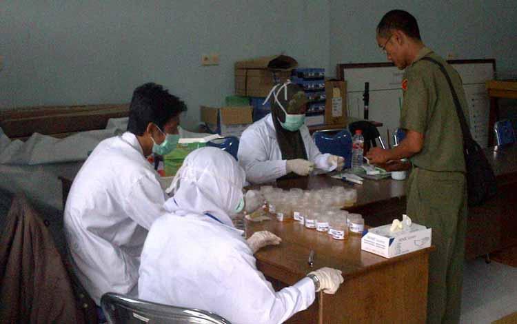 Suasana pemeriksaan urine pegawai Pemkab Oleh BNNK Lamandau, belum lama ini BORNEONEWS/HENDI NURFALAH
