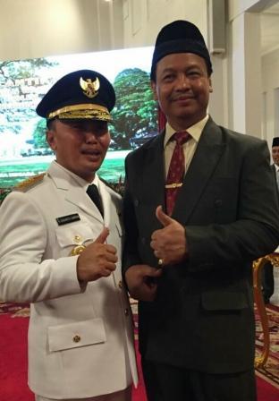 Gubernur Kalteng, H. Sugianto Sabran (kiri), bersama Wakil Bupati Lamandau, H. Sugiyarto, usai pelantikan Gubernur di Istana Negara, Jakarta, Rabu (25/5/2016).BORNEONEWS/HENDI NURFALAH