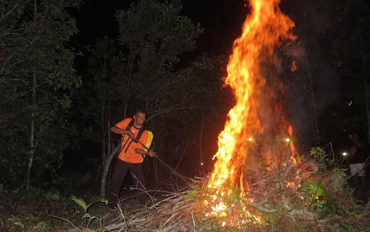 Ilustrasi pemadaman kebakaran hutan dan lahan di Kalteng, beberapa waktu lalu. BPBD Kotim, Senin (30/5/2016) nilai sebagian besar PBS belum siap atasi Karhutla. BORNEONEWS/DOK