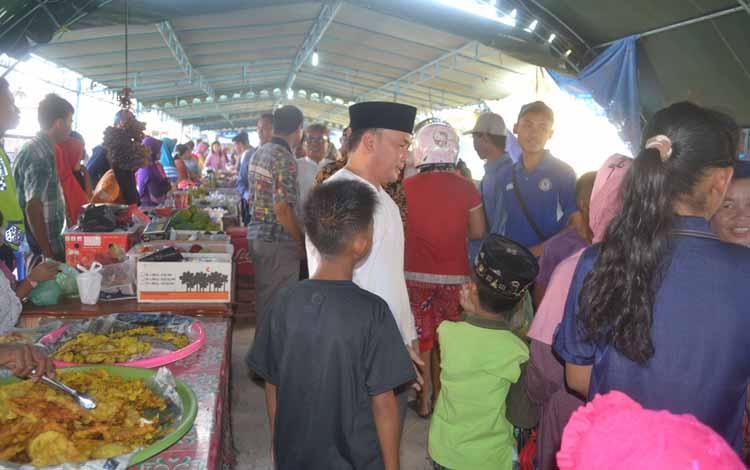 Sugianto Sabran saat mengunjungi Pasar Ramadan yang digelar Pemkab Sukamara pada tahun lalu. BORNEONEWS/NORHASANAH